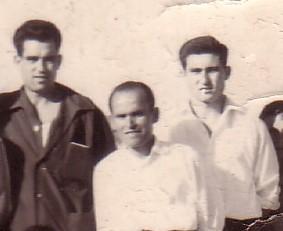 Kubalita, en el centro, con dos amigos