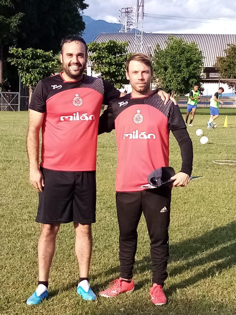Eloy Ortega junto a Cortés en un entrenamiento de Metapán